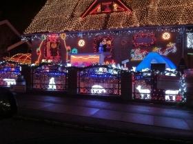 Juledekoreret hus